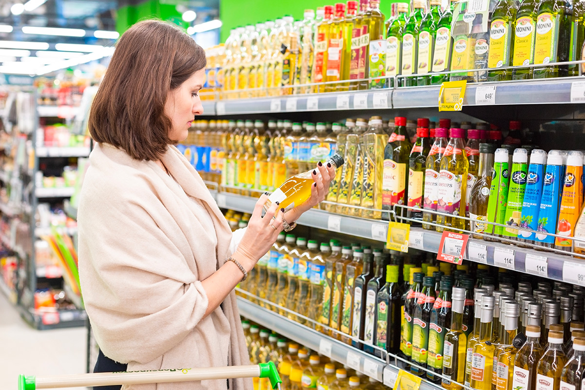 young-woman-chooses-vegetable-oil-in-glass-environmentally-friendly-not-plastic-bottle-useful-olive_t20_ZYjRPg.jpg